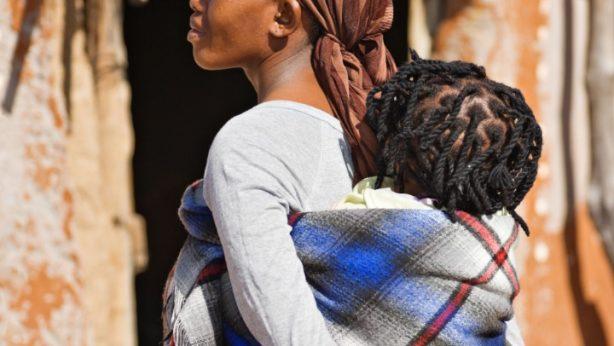 jeune fille avec bébé issue d'une grossesse précoce